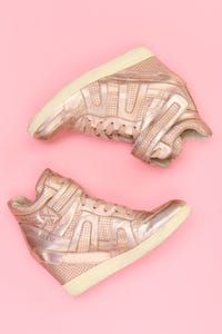 Ohne Label - metallic-high-top sneakers mit keilabsatz -