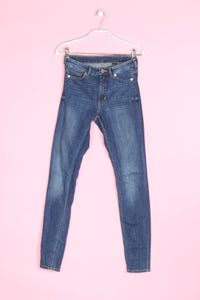 MONKI - used look skinny-jeans mit logo-patch - W27