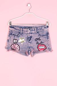 Jennyfer - acid wash-jeans-shorts mit patches - W24